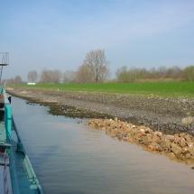 Het weggezakte stortsteen wordt aangevuld met het kraanschip