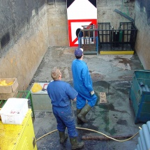 In de beun van het schip worden de liners gecheckt en verpakt voor het labratorium