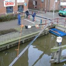 Kraanschip Twee Gebroeders assisteert duikers om een zinker aan te leggen