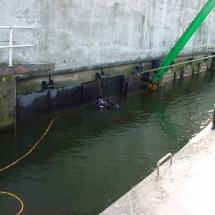 Met assistentie van duikers worden de kleppen onderwater aangehaakt