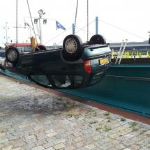 Een auto die een ondiepte veroorzaakte wordt hier onder toezicht van Rijkswaterstaat gebrogen