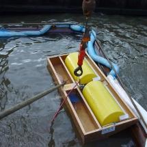 Met de skimmer wordt de olie uit het WAK gezogen